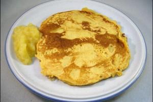 Sojamehl-Pfannkuchen mit Apfelmus