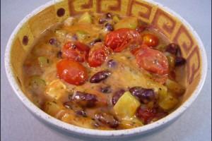 Salatgemuese mit Tomaten-Erdnusssosse