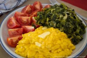 Lauch mit Rührei und Tomaten