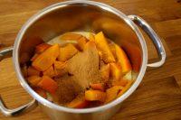 Die Curry-Kürbissuppe im Topf